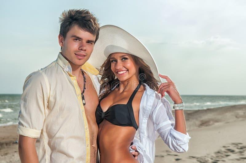 Gelukkig paar dat van vakanties op het strand geniet stock afbeeldingen