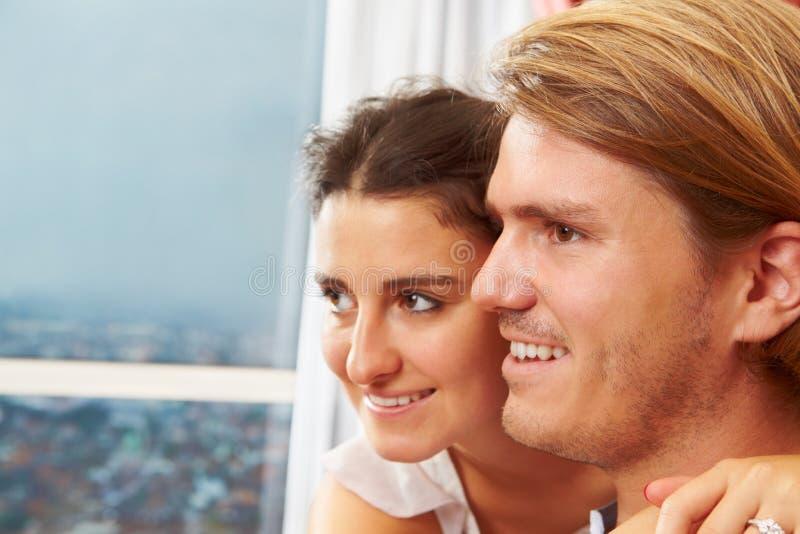 Gelukkig paar dat weg kijkt royalty-vrije stock foto