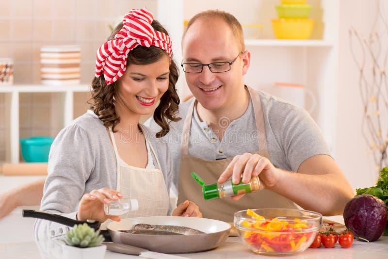 Gelukkig paar in de keuken stock afbeeldingen
