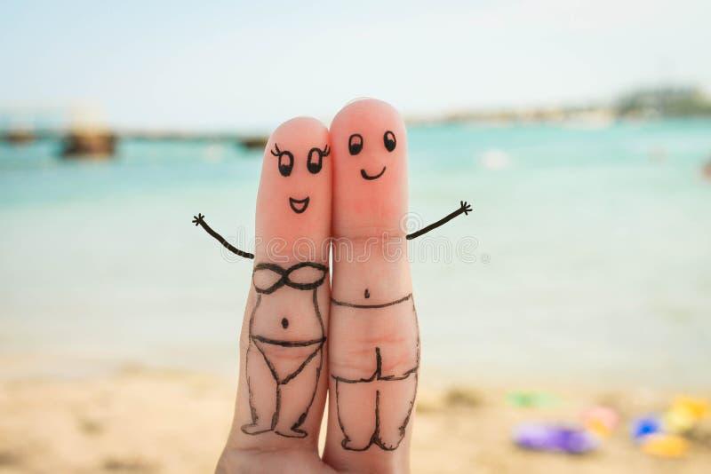 Gelukkig Paar De man en de vrouw hebben een rust op het strand in badpakken stock afbeelding