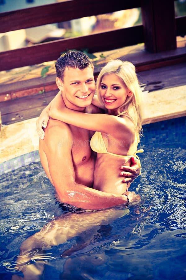 Gelukkig paar in de pool royalty-vrije stock foto's