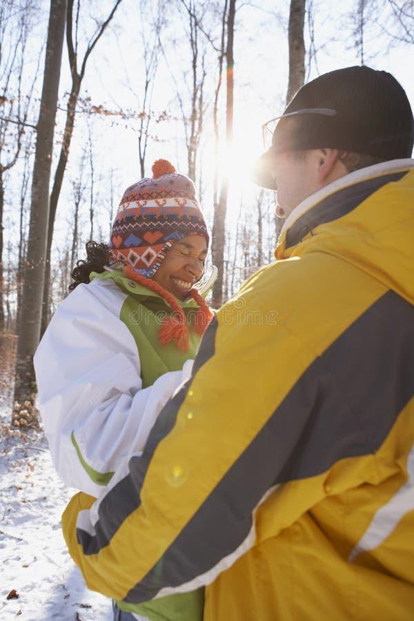 Gelukkig paar in de winter stock afbeeldingen
