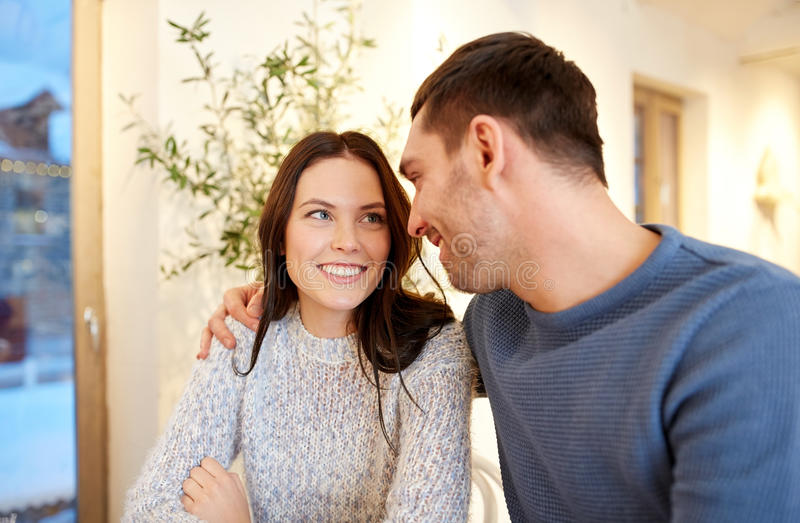 Gelukkig paar die bij koffie of restaurant koesteren stock fotografie