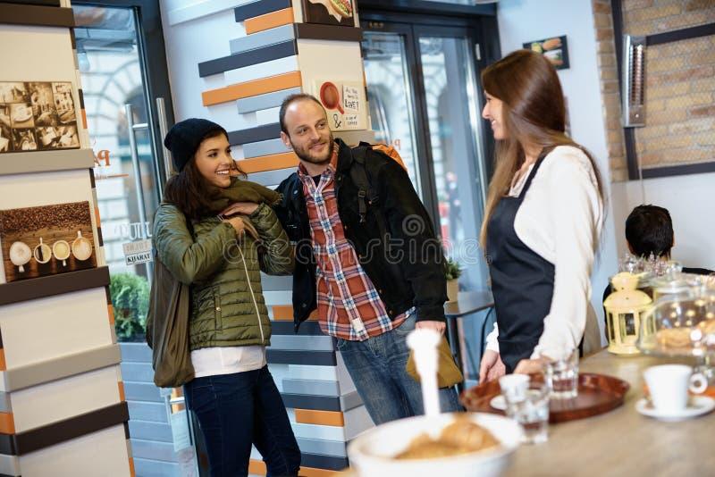 Gelukkig paar die cafetaria ingaan royalty-vrije stock afbeeldingen
