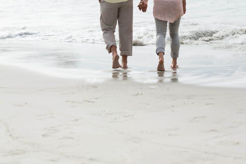 Gelukkig paar die door het overzees lopen stock fotografie