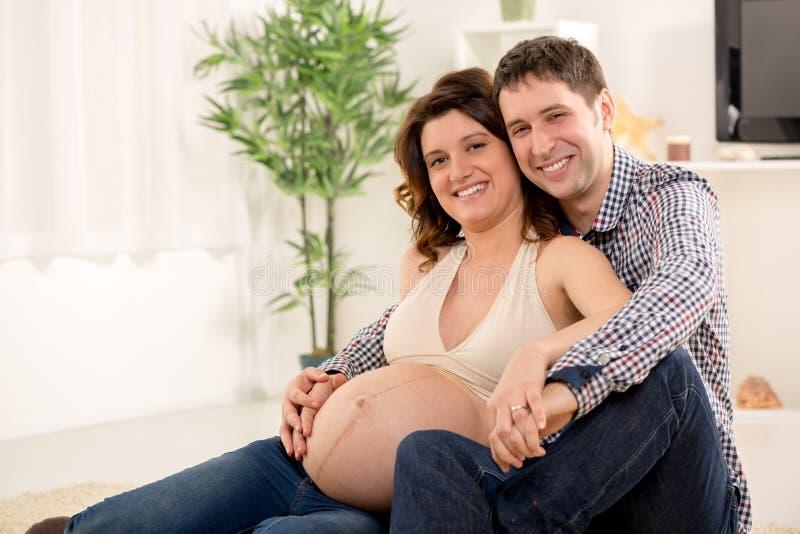 Gelukkig Paar die een Nieuwe Baby verwachten stock afbeeldingen