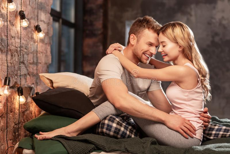 Gelukkig paar die eenvoudig het verbazen voelen terwijl het besteden van samen het gelijk maken stock foto