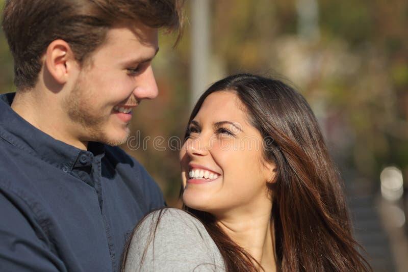 Gelukkig paar die elkaar die in liefde vallen kijken royalty-vrije stock afbeelding