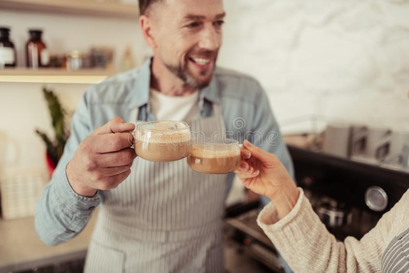 Gelukkig paar die glazen koffie samen klinken royalty-vrije stock afbeeldingen