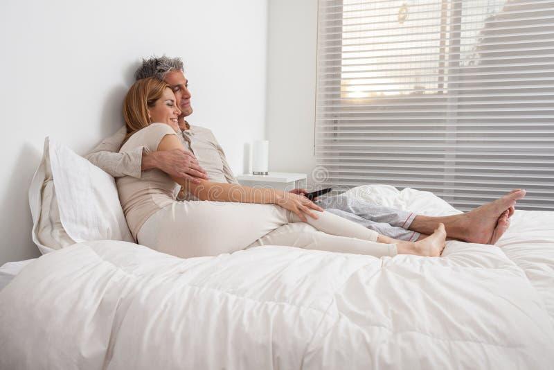 Gelukkig paar die in het bed liggen royalty-vrije stock fotografie