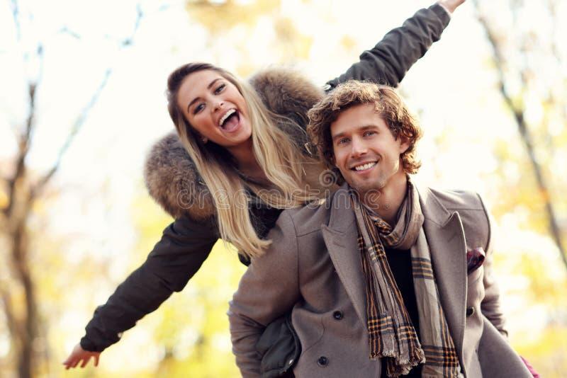 Gelukkig paar die in het bos tijdens de herfst lopen royalty-vrije stock fotografie
