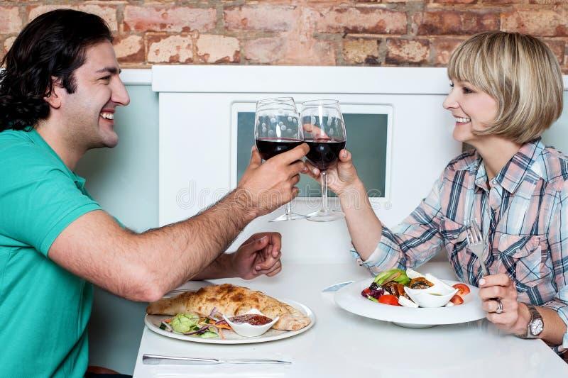 Gelukkig paar die hun glazen wijn clinking stock fotografie