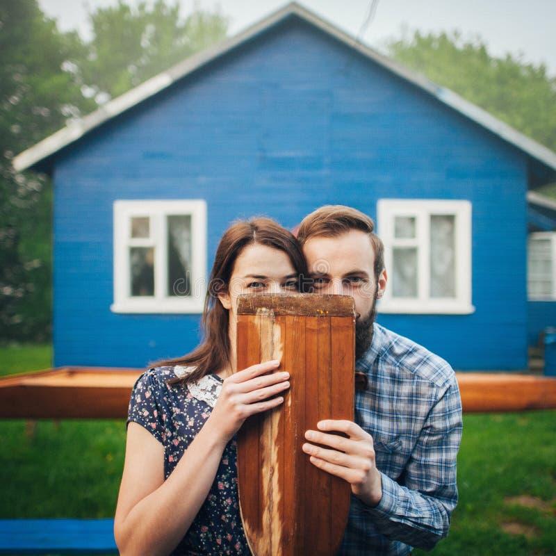 Gelukkig paar die in liefde dichtbij huis genieten van stock afbeelding