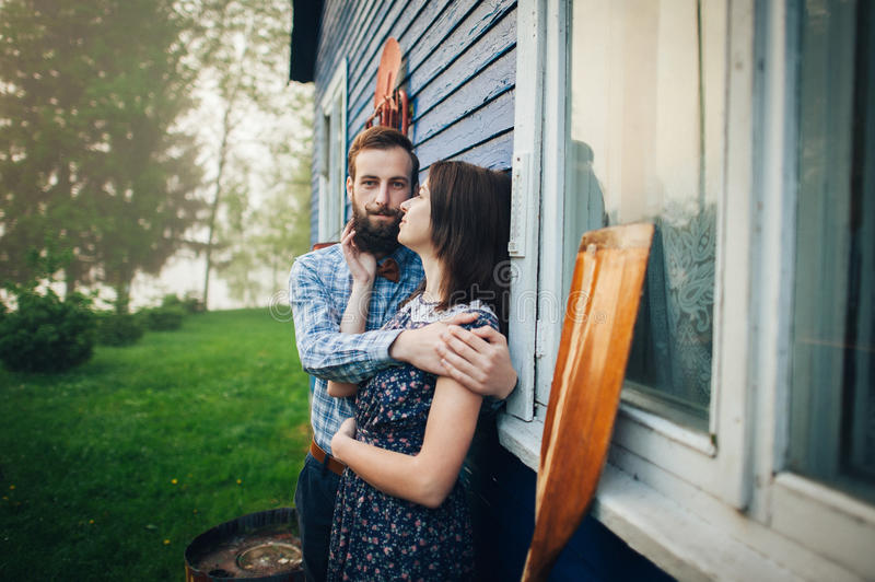 Gelukkig paar die in liefde dichtbij huis genieten van royalty-vrije stock foto