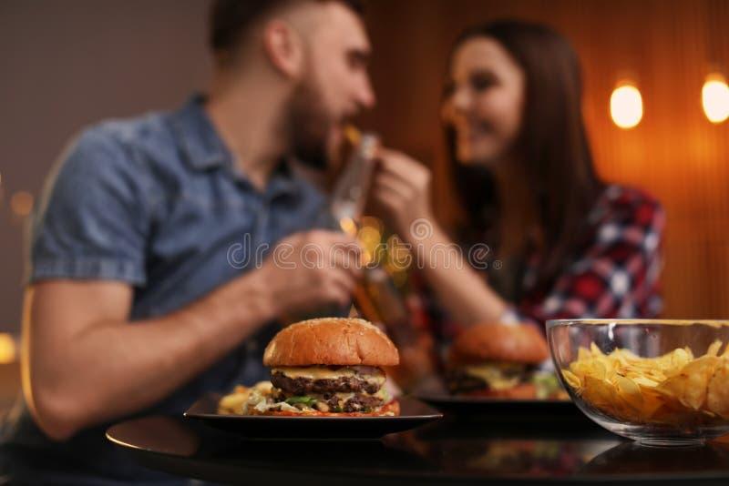 Gelukkig paar die lunch in koffie hebben royalty-vrije stock afbeeldingen