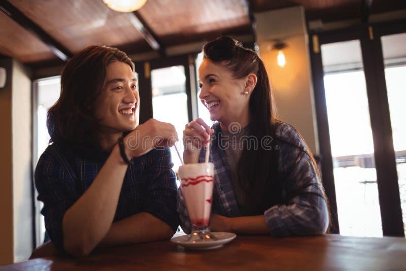 Gelukkig paar die milkshake hebben royalty-vrije stock afbeelding