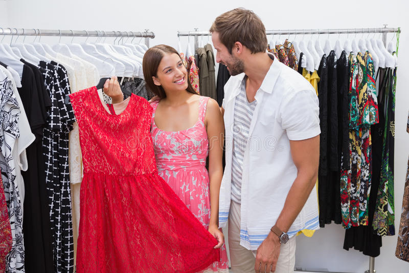 Gelukkig paar die nieuwe kleren kiezen stock fotografie