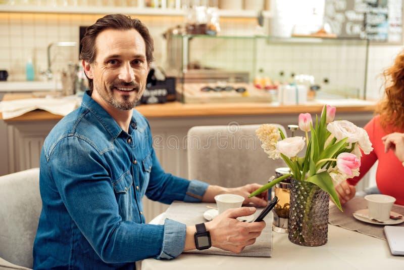 Gelukkig paar die ontbijt in cafetaria hebben royalty-vrije stock afbeeldingen