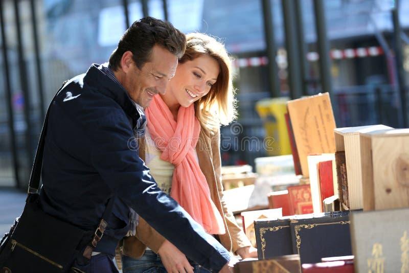 Gelukkig paar die op boekenbeursmarkt winkelen royalty-vrije stock afbeeldingen