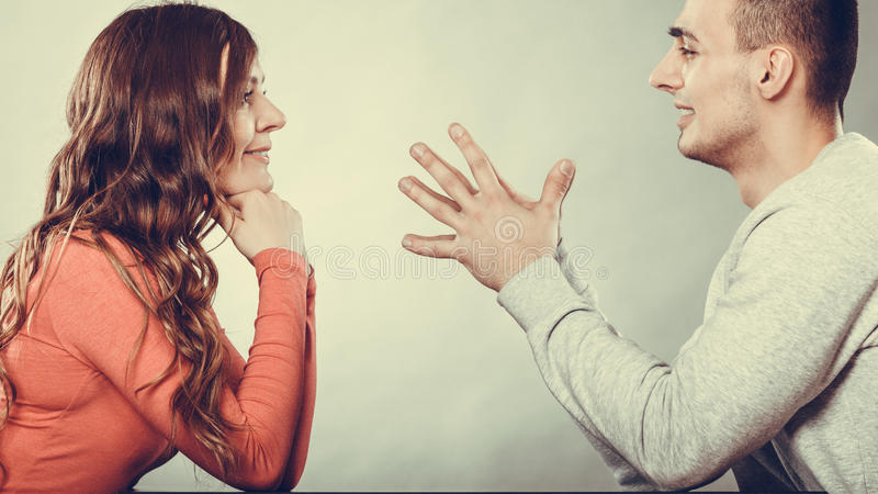 Gelukkig paar die op datum spreken gesprek stock foto
