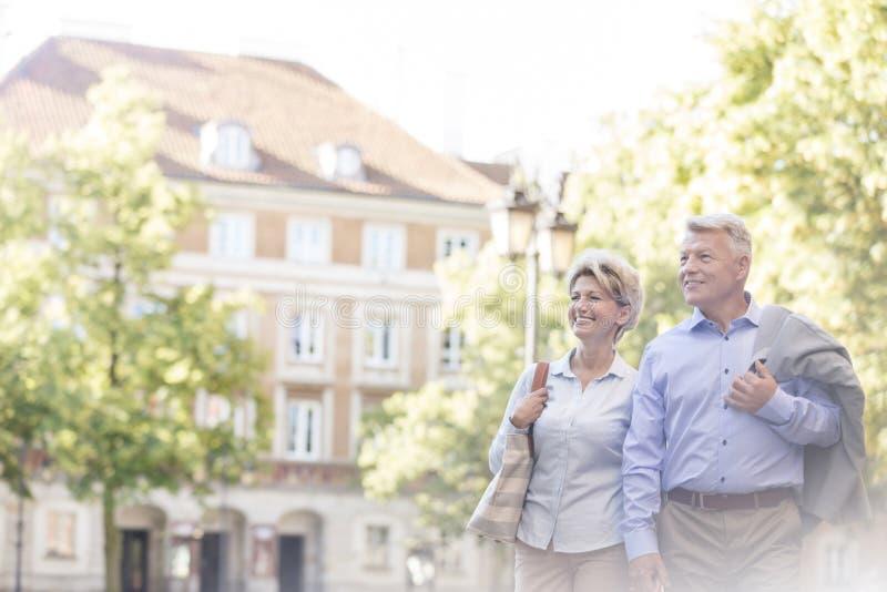 Gelukkig paar die op middelbare leeftijd in stad lopen stock foto