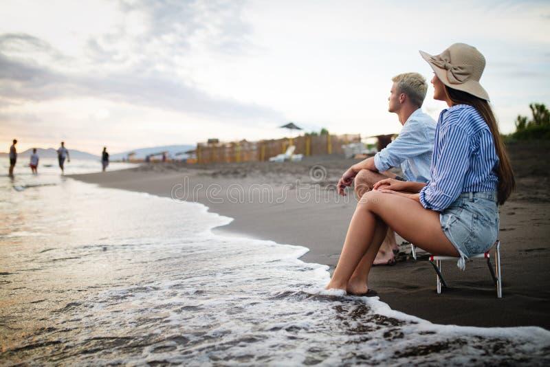 Gelukkig paar die pret en liefde op het strand hebben stock afbeeldingen
