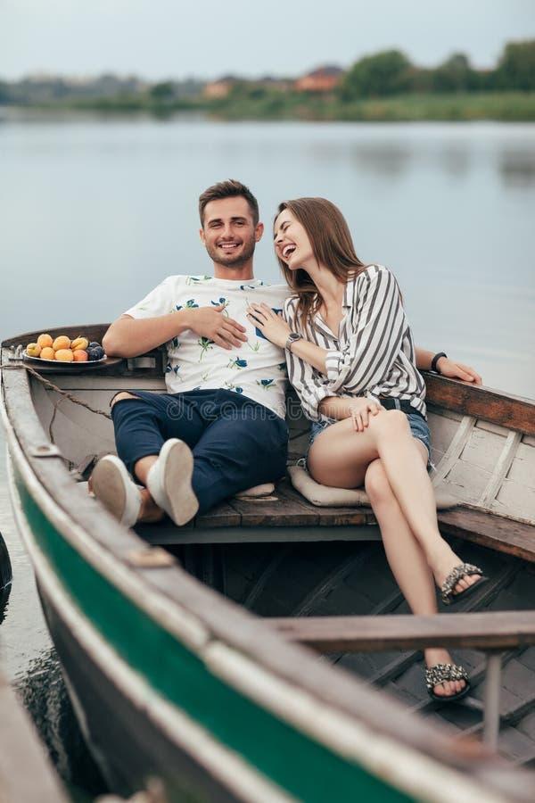 Gelukkig paar die pret het ontspannen in boot op meer hebben stock afbeeldingen