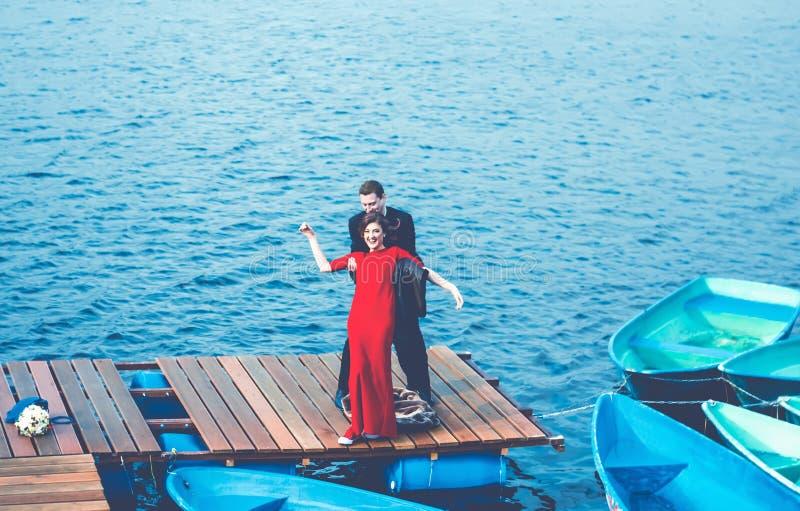 Gelukkig Paar die Pret op de Pijler hebben royalty-vrije stock afbeelding