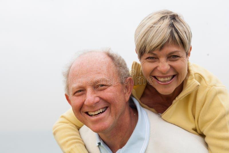 Gelukkig paar die pret op openlucht hebben royalty-vrije stock foto