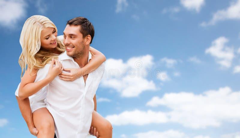 Gelukkig paar die pret over blauwe hemelachtergrond hebben royalty-vrije stock afbeelding