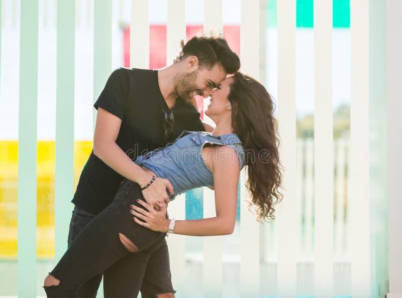 Gelukkig paar die samen buigend dansen stock foto's