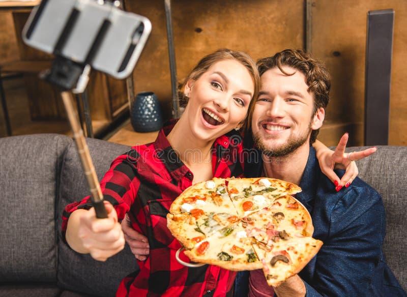Gelukkig paar die selfie nemen stock fotografie