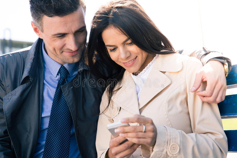 Download Gelukkig Paar Die Smartphone Samen Gebruiken Stock Afbeelding - Afbeelding bestaande uit schoonheid, mannetje: 54083045