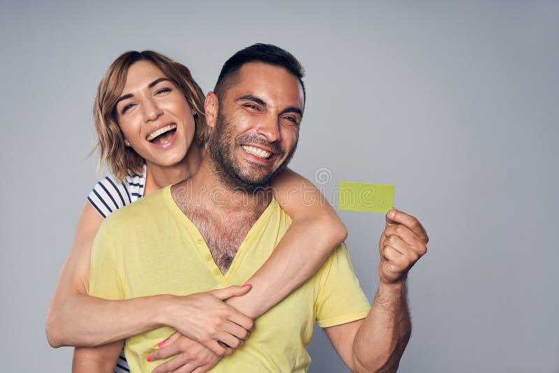 Gelukkig paar die in studio over grijs lachen royalty-vrije stock foto