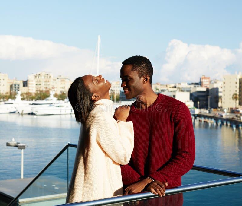 Gelukkig paar die vakantie van vakantie in openlucht genieten royalty-vrije stock fotografie