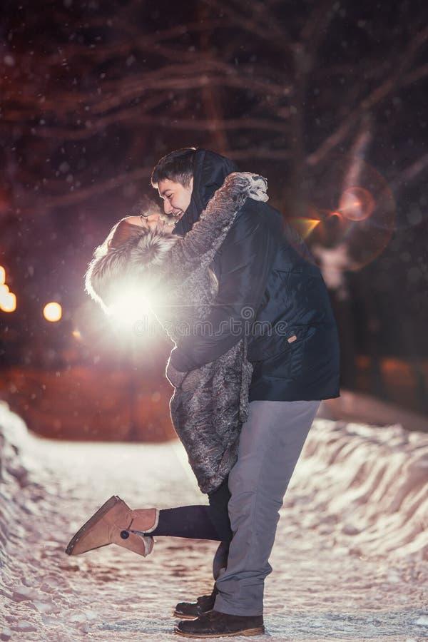 Gelukkig paar die van elkaar in nachtpark gefiltreerde foto houden met flitsgloed royalty-vrije stock afbeelding