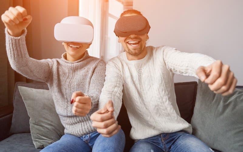 Gelukkig paar die VR-spel op laag spelen stock foto