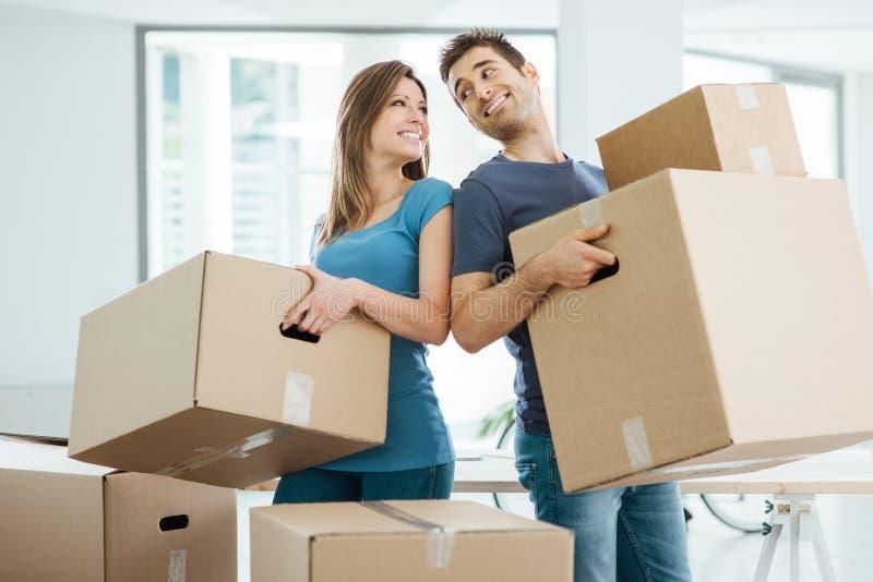 Gelukkig paar die zich in hun nieuw huis bewegen royalty-vrije stock foto's