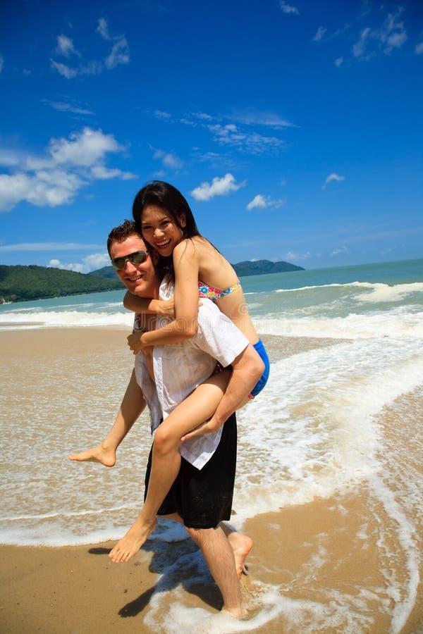 Gelukkig Paar Door Het Strand Stock Foto's