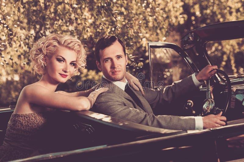 Gelukkig paar in een auto stock afbeeldingen