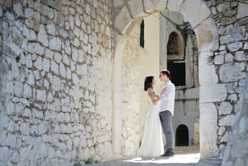 Gelukkig paar in een zonnige dag in Sperlonga, Italië stock foto
