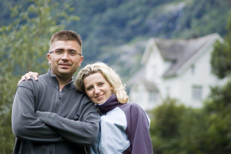 Gelukkig paar en huis stock afbeeldingen
