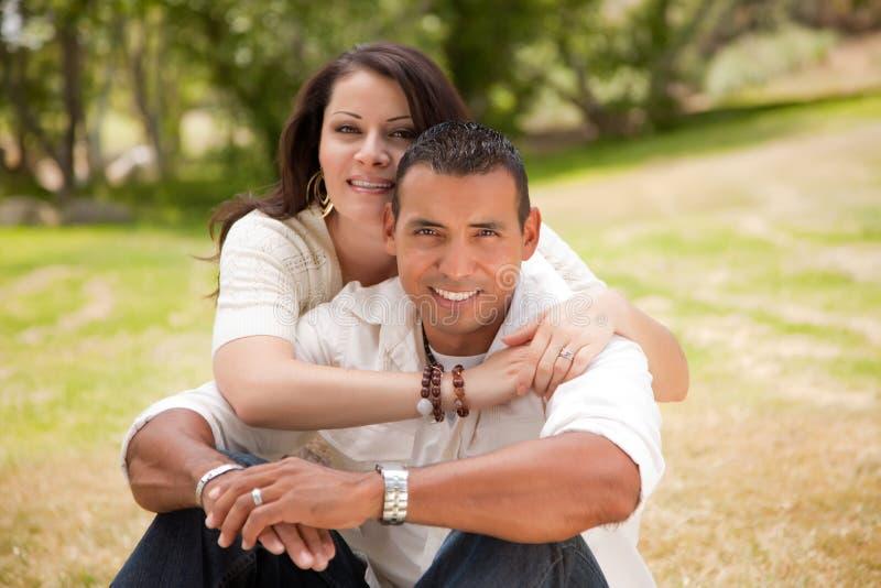 Gelukkig Paar in het Park stock afbeelding