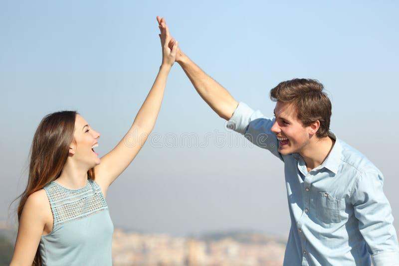 Gelukkig paar het vieren succes die vijf geven stock foto's