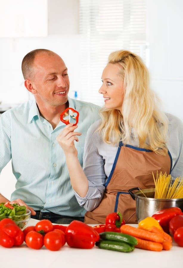 Gelukkig paar in hun keuken royalty-vrije stock afbeelding