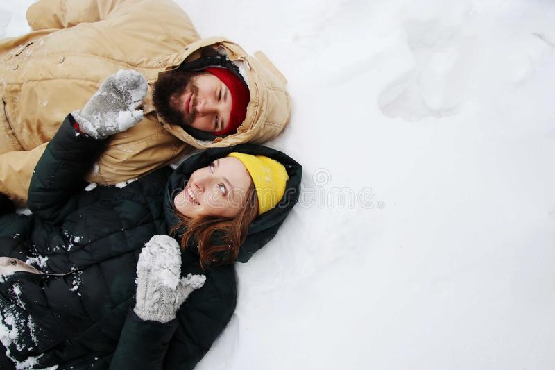 Gelukkig paar in liefde die pret in de sneeuw hebben stock afbeeldingen