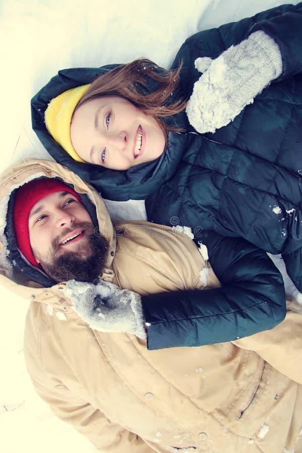 Gelukkig paar in liefde die pret in de sneeuw hebben royalty-vrije stock foto's