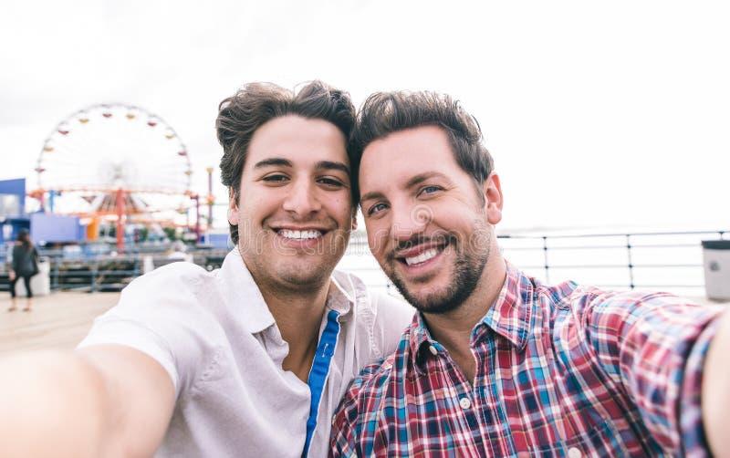 Gelukkig paar in liefde in Kerstman Monica op de pijler stock fotografie