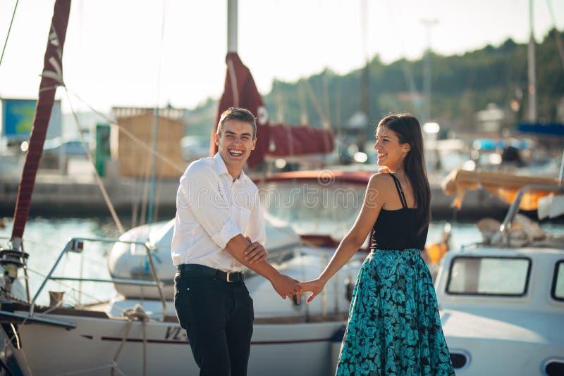 Gelukkig paar in liefde op een vakantie van de de zomervakantie Het vieren vakantie, verjaardag, overeenkomst Vrouw die bij een g royalty-vrije stock fotografie