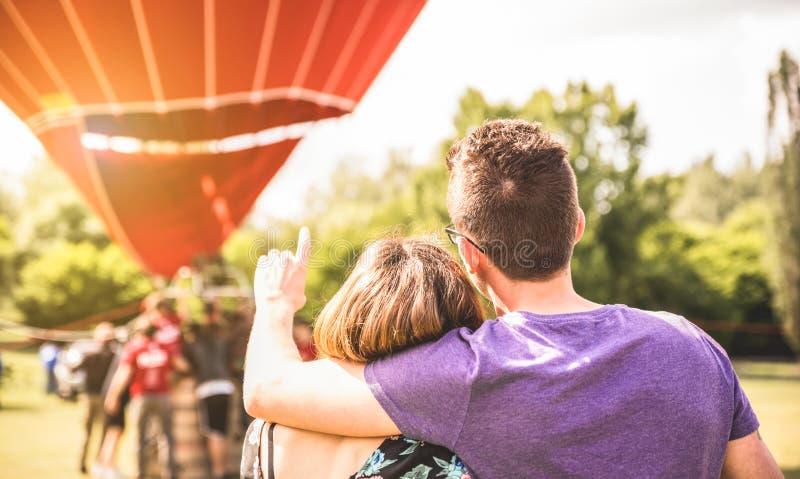 Gelukkig paar in liefde op wittebroodswekenexcursie die op hete lucht wachten stock foto's